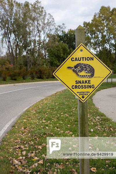 Warnschild  Schlangen queren die Straße  Sterling State Park  Monroe  Michigan  USA