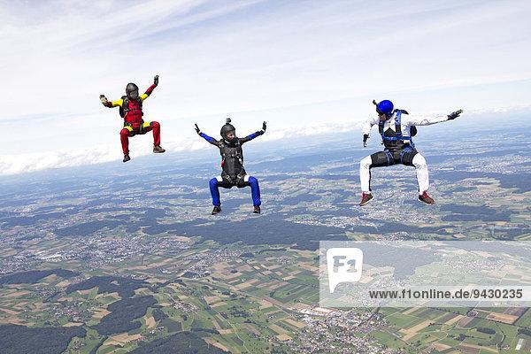 Drei Fallschirmspringer  Buttwil  Kanton Aargau  Schweiz  Europa