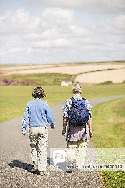 Paarwanderung  Küstenweg bei Marloes  Pembrokeshire Coast National Park  Wales  UK