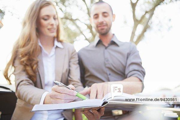 Geschäftsmann und Geschäftsfrau mit Papierkram