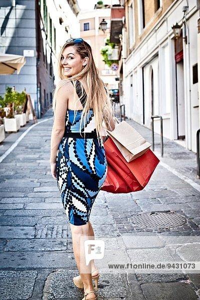 Modische junge Frau beim Einkaufen über die Schulter schauen  Cagliari  Sardinien  Italien