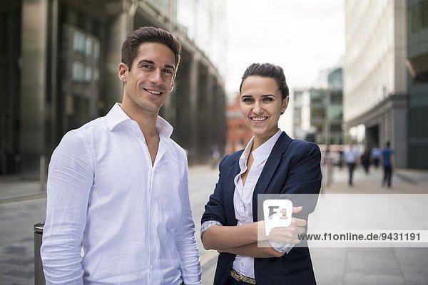 Portrait von jungen Geschäftspartnern auf der Straße  London  UK