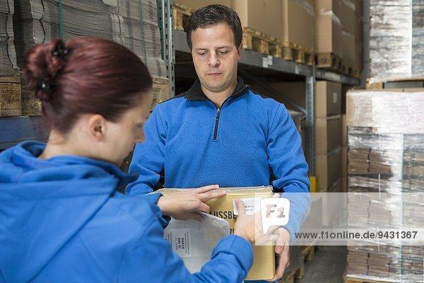 Fabrikarbeiter Etikettieren von Paketen