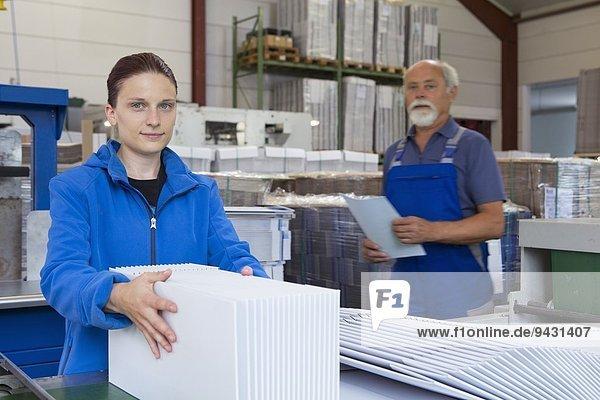 Fabrikarbeiter  die mit Karton arbeiten