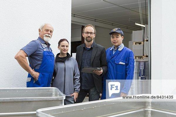 Porträt eines Teams von Fabrikarbeitern