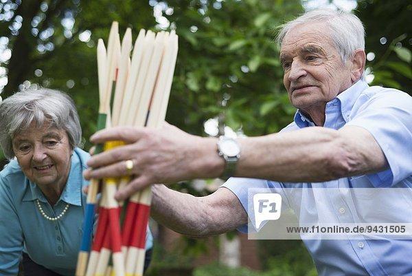 Großvater und Großmutter mit riesigen Pick-Up-Stöcken