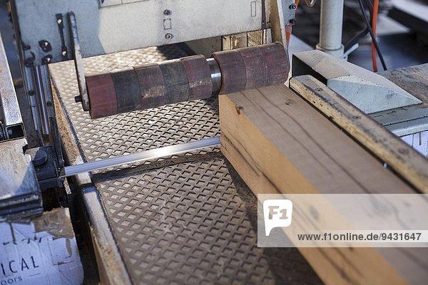 Holzblock auf Förderband in der Fabrik  Jiangsu  China