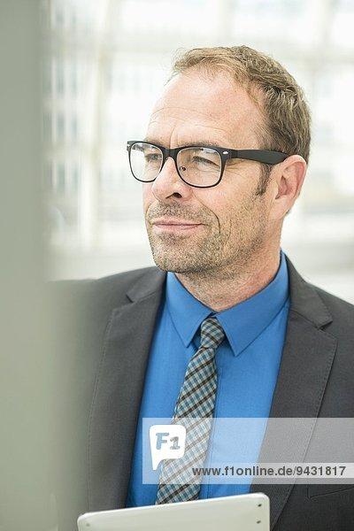 Geschäftsmann mit Brille  schaut weg.