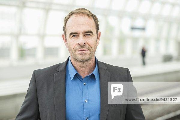 Erwachsener Mann mit Jacke  Portrait