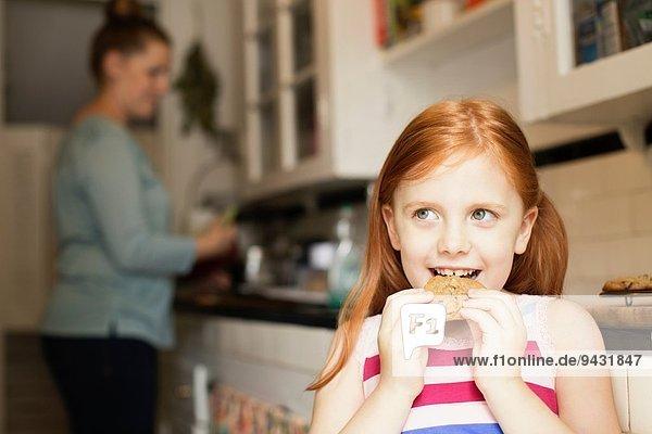 Mädchen essen Kekse in der Küche