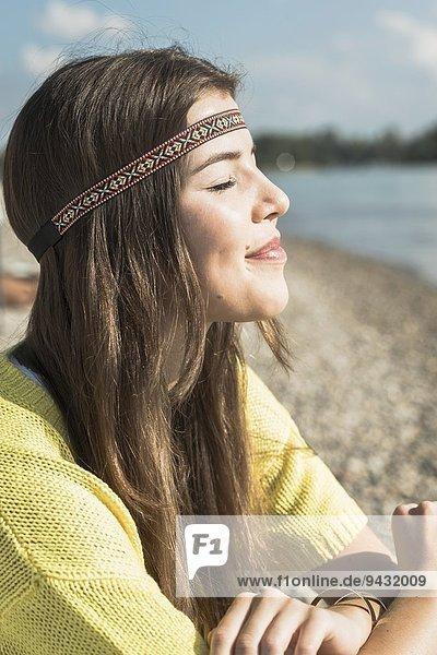 Junge Frau mit geschlossenen Augen und Stirnband