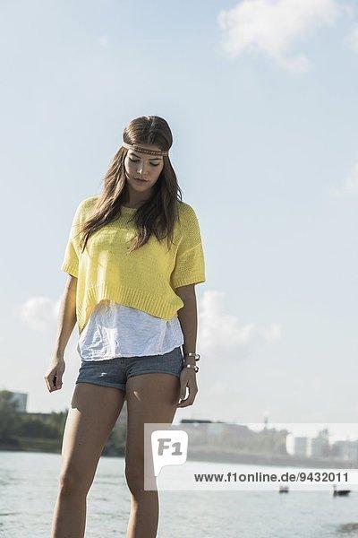 Junge Frau in gelbem Top und Hotpants