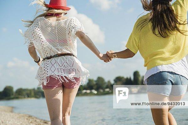 Zwei Freundinnen  die Händchen halten