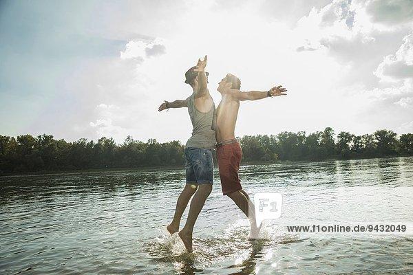 Junge Männer Bruststoßen im See