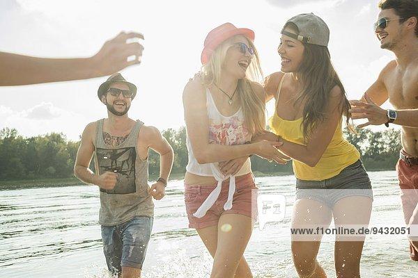 Gruppe von Freunden  die im See spielen