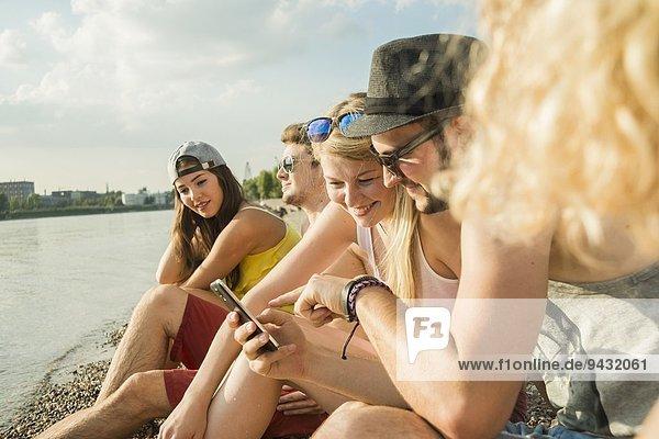 Gruppe von Freunden mit Smartphone