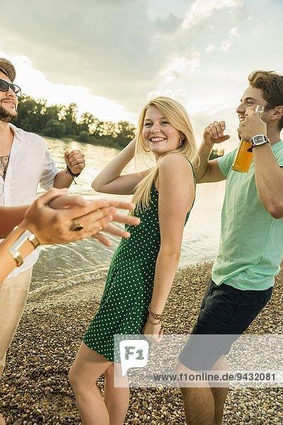Gruppe von Freunden  die am Strand tanzen