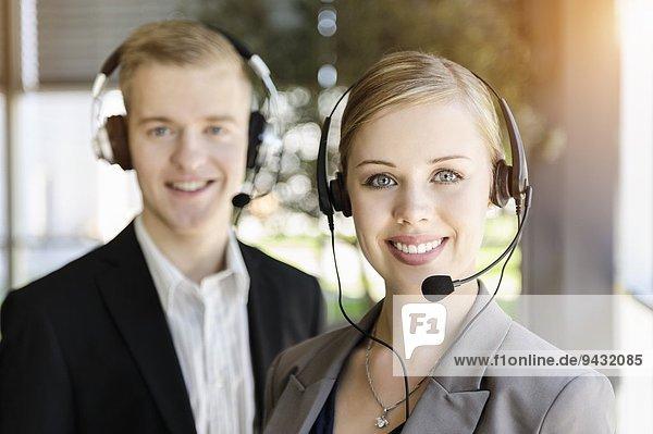 Call-Center-Team mit Headsets