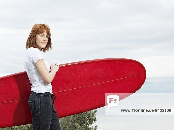 Surferin mit Longboard-Surfbrett  Williamstown Beach  Melbourne  Australien
