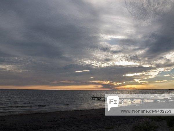 Meer und Silhouettenpier bei Sonnenaufgang  Oland  Schweden