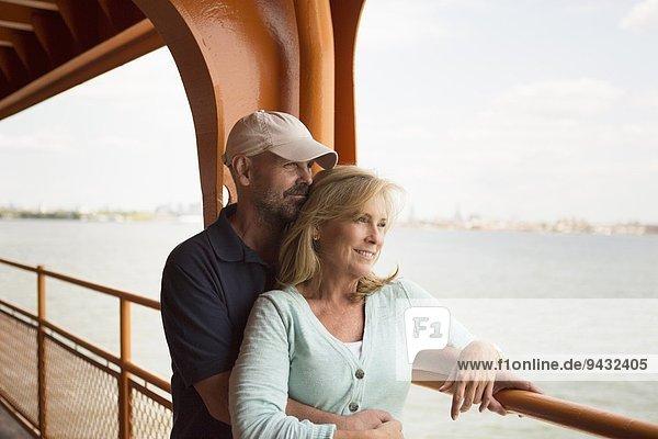 Reife Paare auf der Passagierfähre