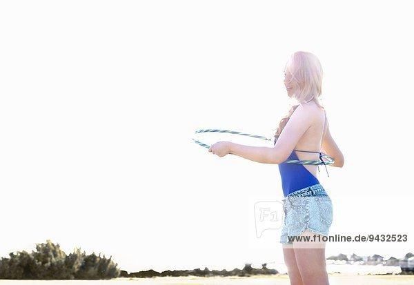 Junge Frau mit Reifen am Strand  Williamstown  Melbourne  Australien