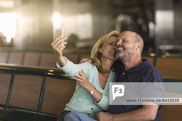 Reife Paare fotografieren sich auf der Passagierfähre