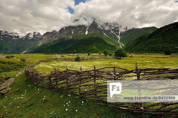 Handgewebter Zaun und ferne Berge  Mazeri Dorf  Svaneti  Georgien