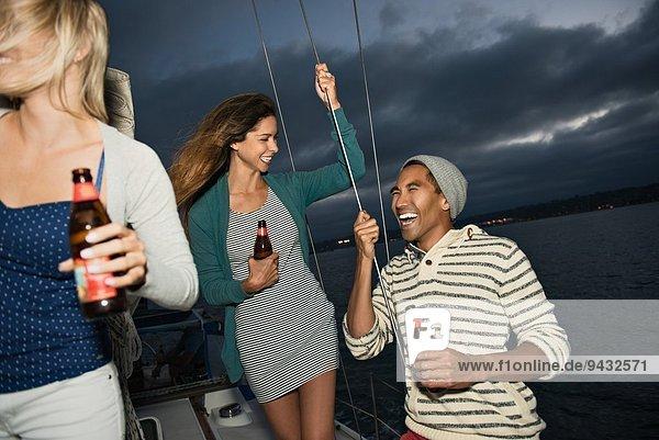 Freunde auf dem Segelboot mit Bier