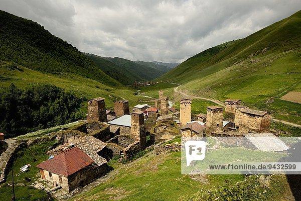 Blick auf alte Svaneti-Türme im Tal  Dorf Ushguli  Svaneti  Georgien