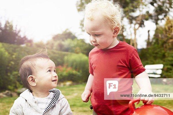 Zwei kleine Jungen  die sich ansehen.