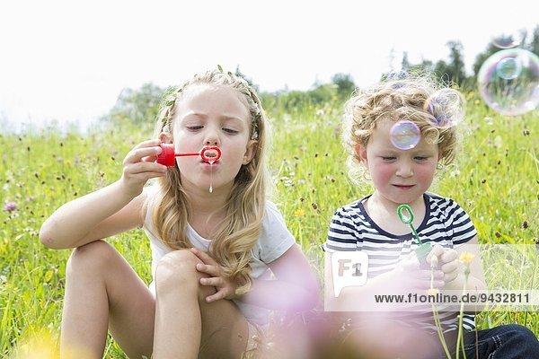 Zwei Mädchen  die Blasen blasen