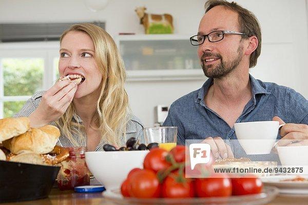 Paaressen am Küchentisch