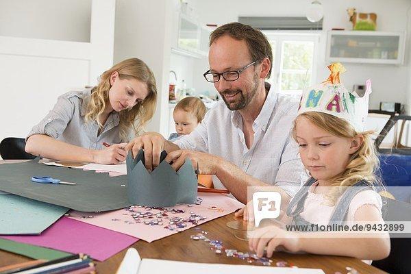 Papierkronen für die Familie