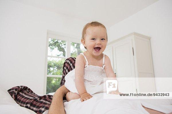 Kleines Mädchen lächelt der Kamera entgegen