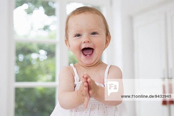 Baby Mädchen klatscht in die Hände  Portrait