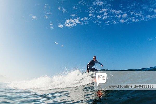 Mid adult man surfing wave  Leucadia  Kalifornien  USA