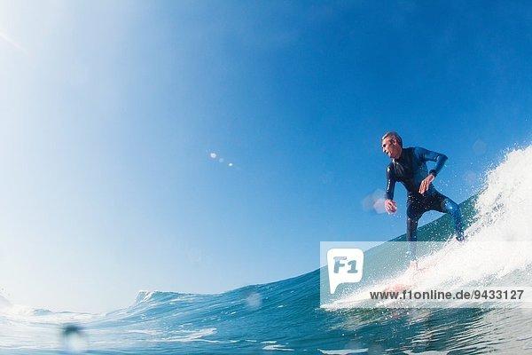 Mid adult man surfing  Leucadia  Kalifornien  USA