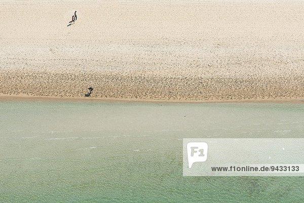 Luftaufnahme von drei Urlaubern am Strand  Melbourne  Victoria  Australien