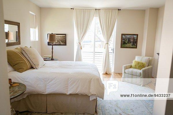 Mit grünen Reinigungsmitteln gereinigtes Schlafzimmer