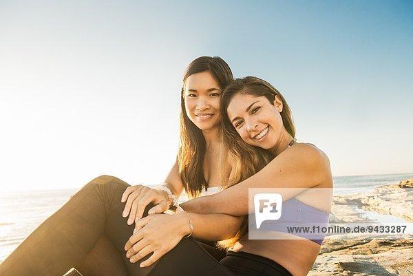 Junge Frauen am Strand von Windansea  La Jolla  Kalifornien