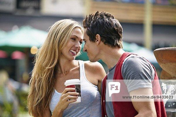 Paar genießt Kaffee