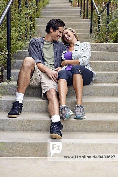 Paarumarmung auf Stufen