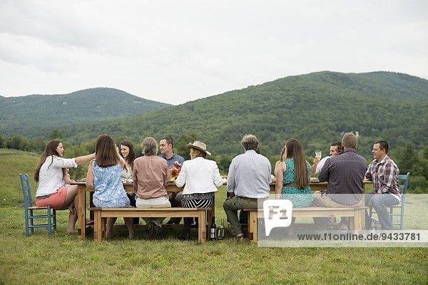 Familie und Freunde beim Trinken im Freien