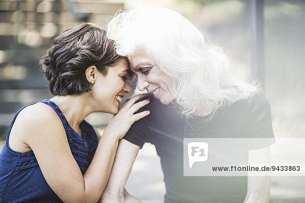 Junge Frau teilt zärtlichen Moment mit Mentorin Junge Frau teilt zärtlichen Moment mit Mentorin