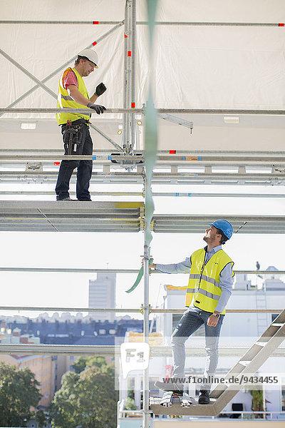 Architekt und Arbeiter auf der Baustelle