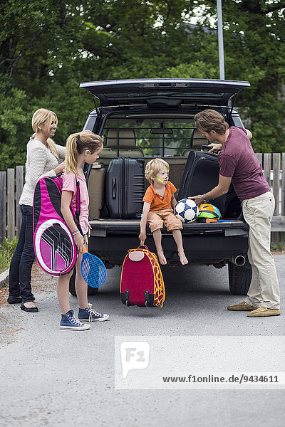 Familie bereitet sich auf die Reise vor