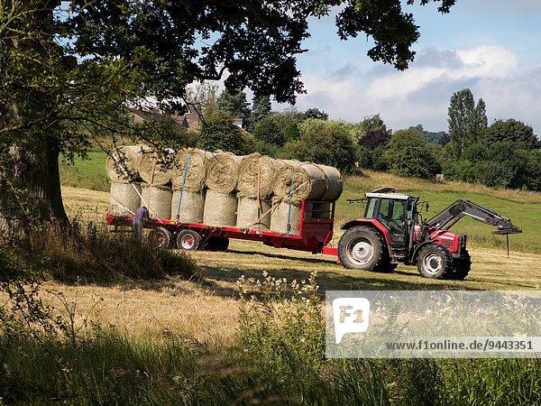nahe Großbritannien Traktor Feld Heu Derbyshire