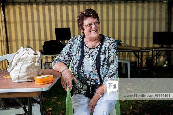 sitzend Frau Handtasche lachen Zigarette reifer Erwachsene reife Erwachsene Mittelpunkt Niederlande Tisch