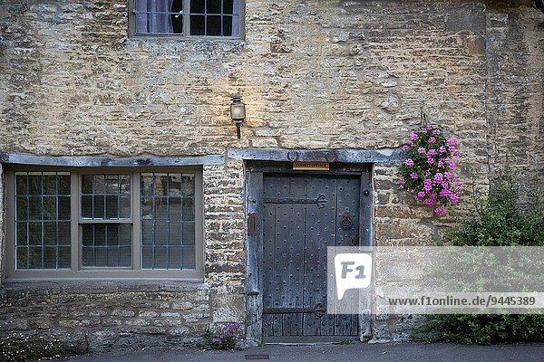 Haustür hoch oben Wohnhaus Straße vorwärts Castle Combe England Wiltshire
